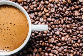 coffee-cup-coffee-beans-table-top-view-love-coffee-brown-coffee-beans-isolated-white-background-hot-coffee-cup-with-coffee-beans_1391-96.jpg